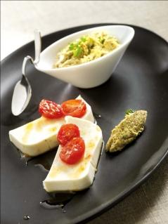 Terrine de Reblochon, tomates caramélisées, tapenade d'olives vertes et noisettes