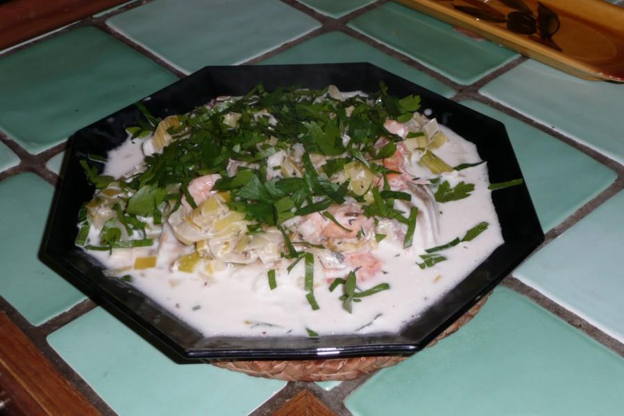 Morceaux de poissons aux poireaux et aux crevettes