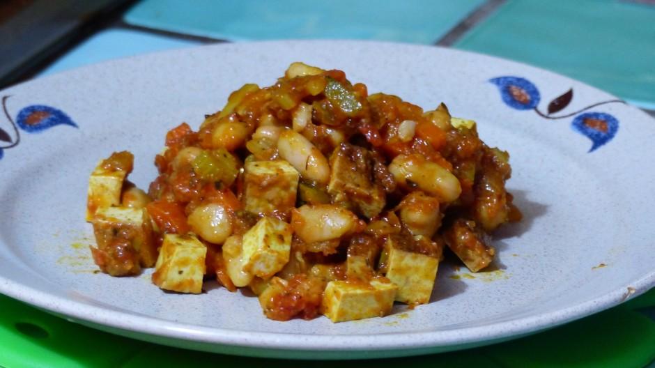 Poêlée de haricots blancs et pois chiches au tofu fumé