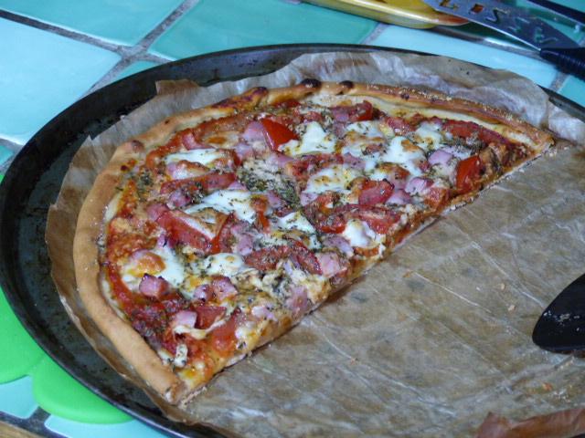 Pizza au jambon et à la mozzarella