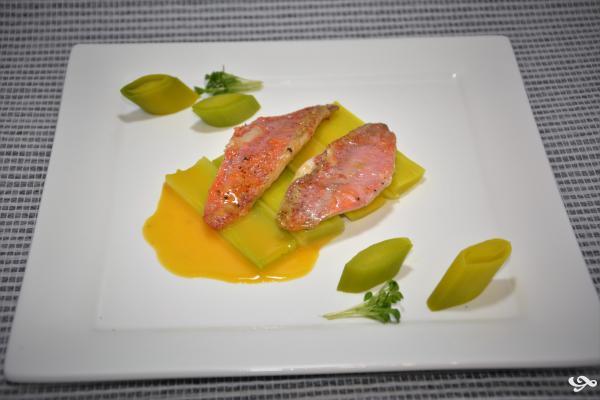Filet de rouget sur lit de poireaux et vinaigrette aux fruits de la passion