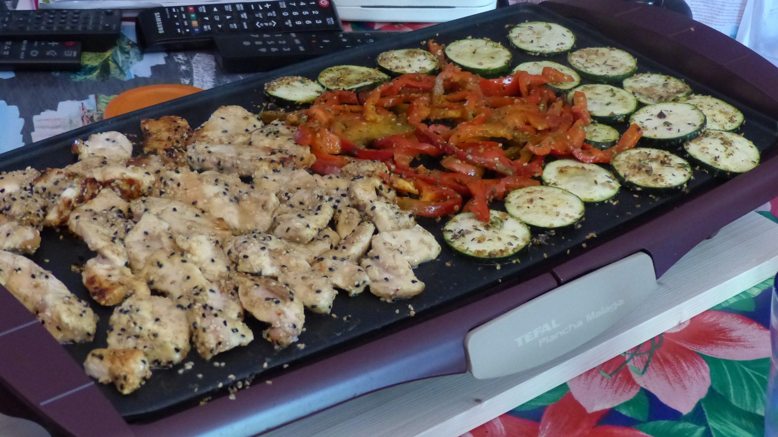 Emincés de poulet au sésame et légumes à la plancha